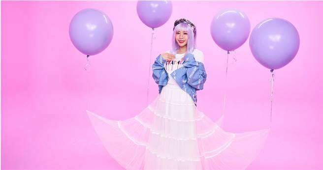 鄭茵聲在〈暗戀萬歲〉MV中演出腹黑病嬌女。(圖/索尼提供)