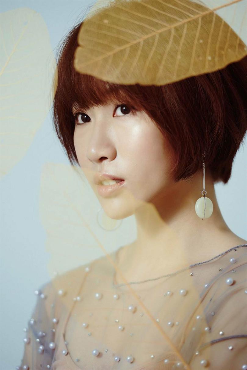 孔晨羽在MV中以魚干女形象代表晦澀的過去。(圖/晨羽音樂提供)