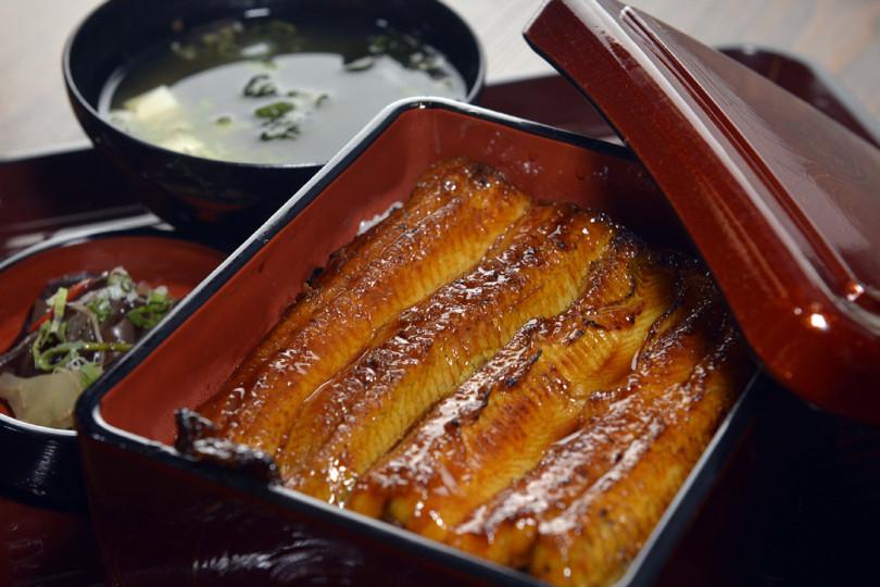 沾附蒲燒醬汁的「蒲燒鰻魚」配上飽滿Q彈的越光米飯。(圖/無敵一家 鰻や)