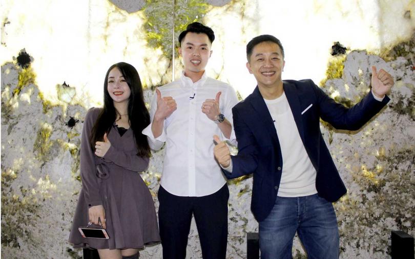 若晴(左起)、店家吳老闆、陳昭榮在藝術品天使翅膀前合照。(圖/豐聖大理石照片提供)