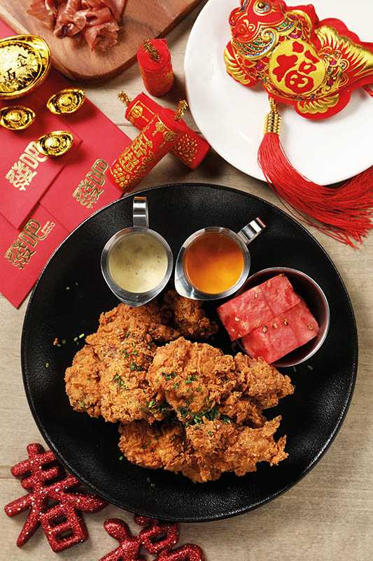 「美國阿嬤秘方黃金炸雞」附上霹靂紅辣醬及蒜味白乳酪醬,還有一片西瓜清新口氣。(平日3塊380元)(圖/于魯光)