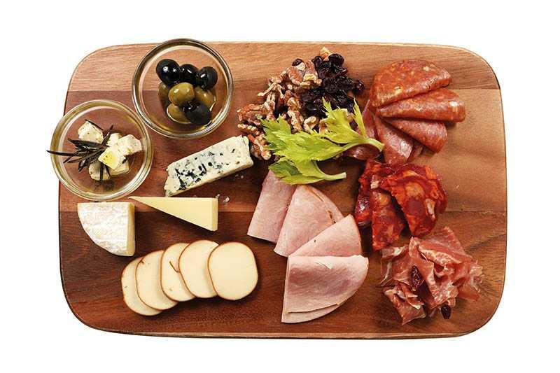 除夕自助吧「六福臨門火腿乳豬拼盤」,搭配多種風味起司和橄欖。(套餐)(圖/于魯光)