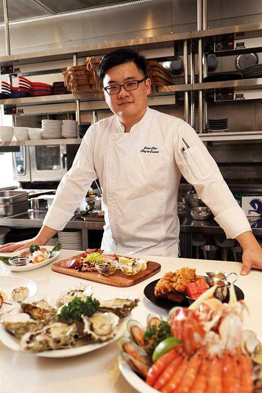 主廚周建宏擅長美式燒烤、炸雞,樂於在開放式廚房與客人互動。(圖/于魯光)