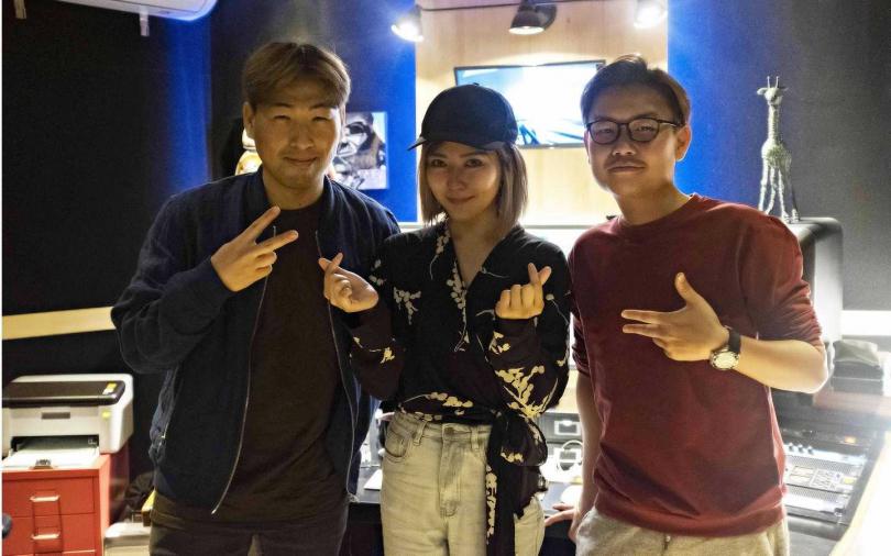 傅健穎(中)與韓國歐巴(左)靠音樂一拍即合。(圖/小品娛樂提供)