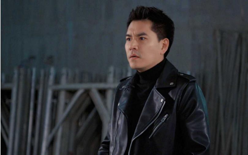 在工地中拍攝危險打戲,王傳一事先了解「理賠有多少」。(圖/東森)