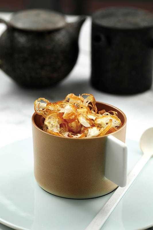 """「Oth""""Tau Suan""""」將新加坡人愛吃的綠豆蒜甜湯佐油條,搭配法國的瑪黑焦糖香氣紅茶,迸出驚喜滋味。(160元)(圖/于魯光)"""