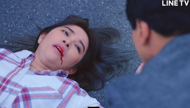 許維恩劇中遭撞吐血。(圖/LINE TV提供)