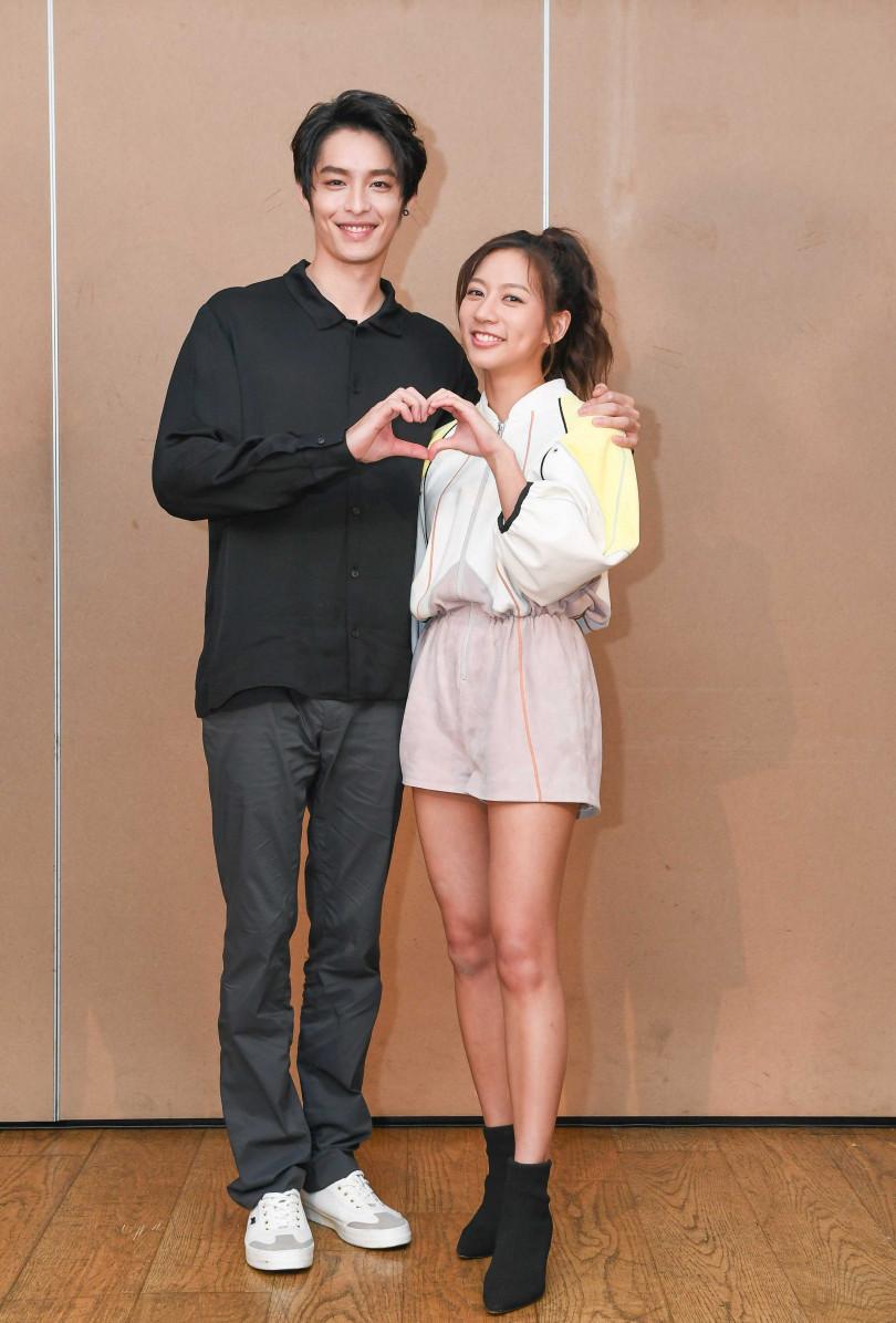 陳妤(右)與曹佑寧因拍攝電影《可不可以,你也剛好喜歡我》而熟識。(圖/華映娛樂提供)