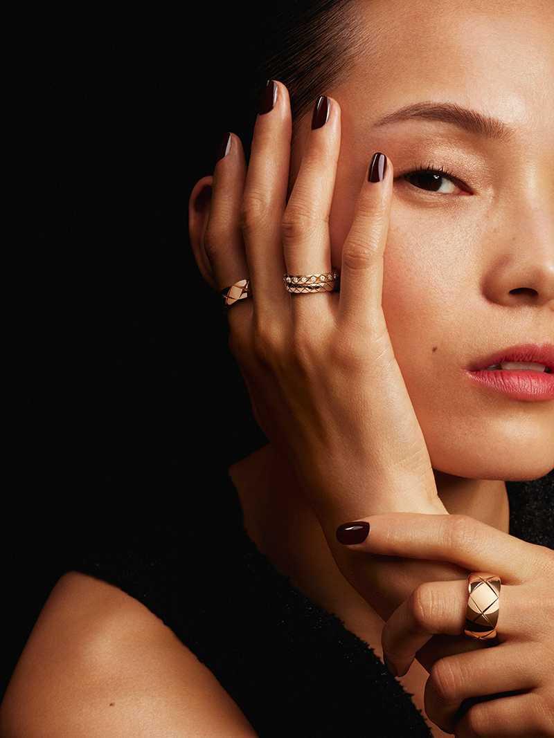 CHANEL「COCO CRUSH系列」高級珠寶,以香奈兒女士最愛的「菱格紋(Matelassé)」為設計靈感。(圖╱CHANEL提供)