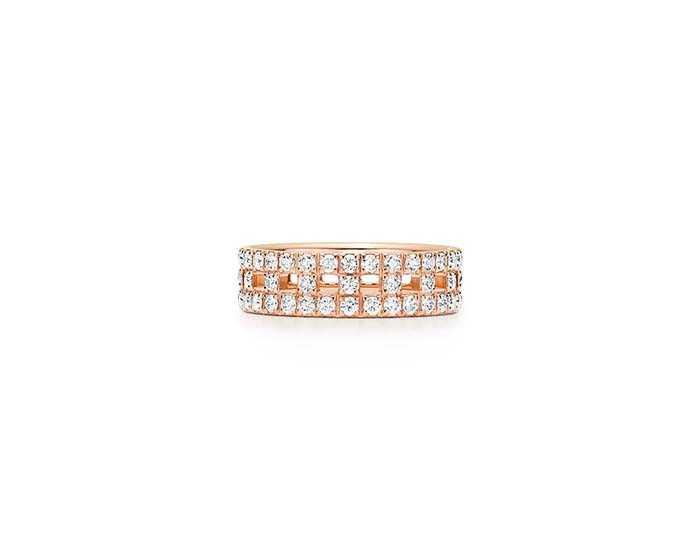 TIFFANY & CO.「T True系列」18K玫瑰金鑲鑽寬版戒指╱194,000元(圖╱TIFFANY & CO.提供)
