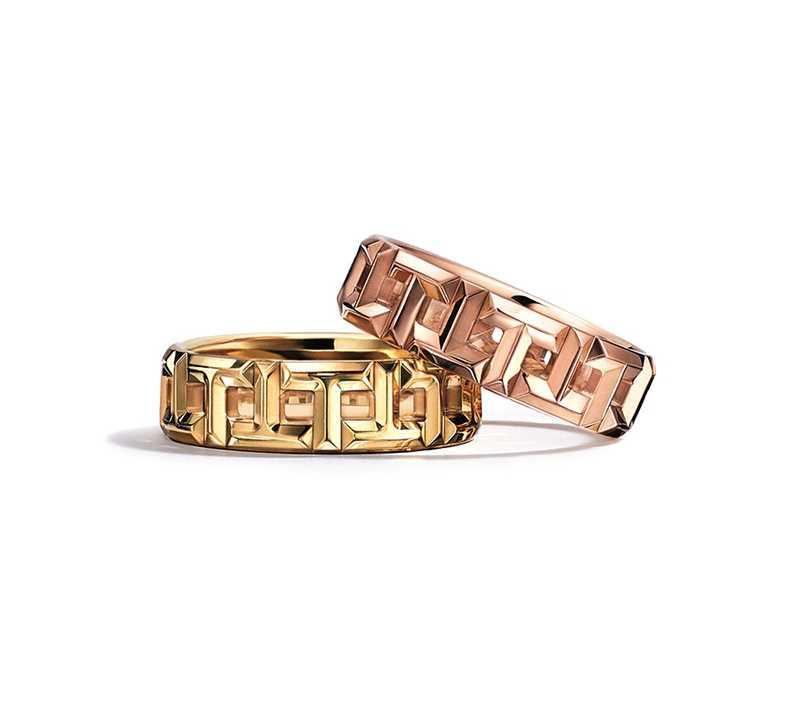 TIFFANY & CO.「T True系列」鏤空T字設計寬版戒指(上)18K玫瑰金;(下)18K黃金╱7,500元(圖╱TIFFANY & CO.提供)