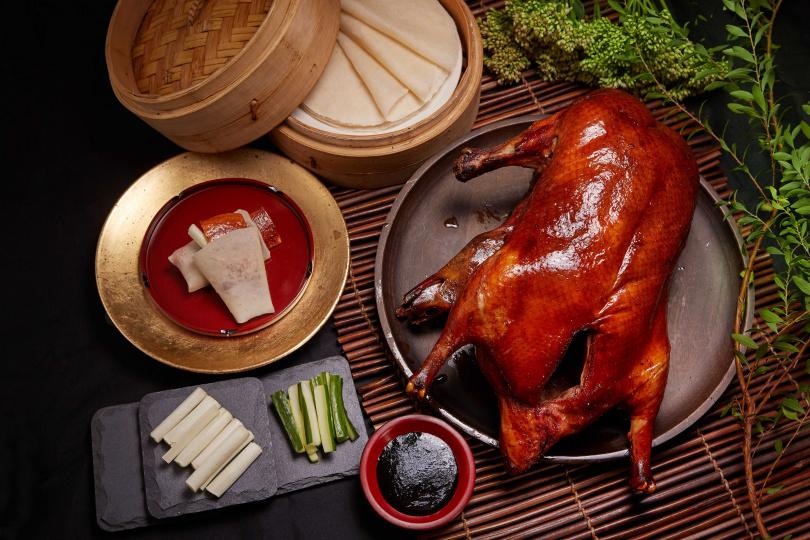 「掛爐烤鴨」與「鴨架芋頭米粉湯」一鴨二吃。(圖/國賓大飯店提供)