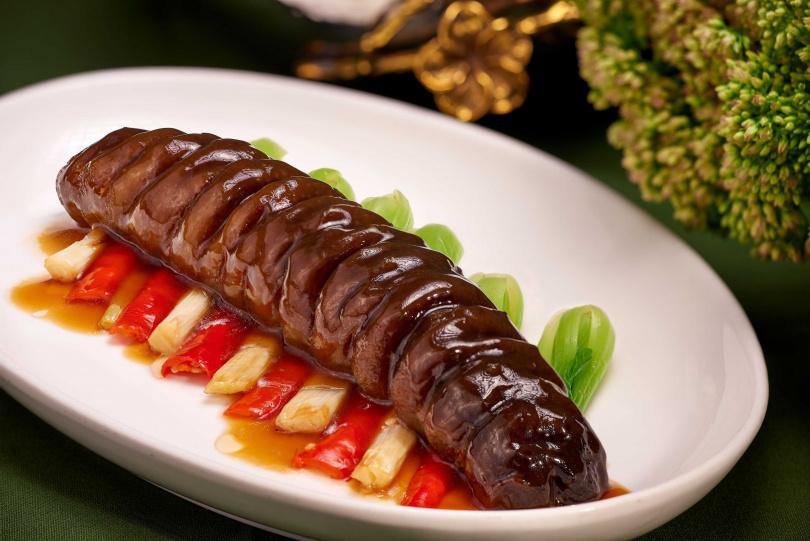 口感彈嫩、海味鮮透的「蔥燒海參王」。(圖/國賓大飯店提供)