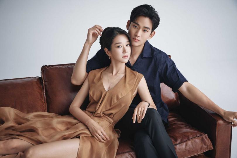 金秀賢的角色「文鋼太」面對哥哥時像個大人,但在徐睿知面前卻變成小孩。(圖/Chun Youngsang for Netflix)