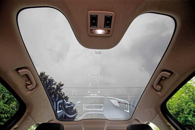 車頂採用類似眼鏡的「全視線鏡片」,會根據紫外線調整亮度,車內溫度絲毫不受陽光影響。(圖/黃耀徵攝)
