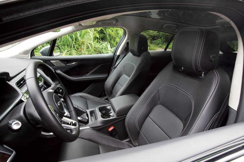 由於動力高達400匹馬力,前座配置跑車座椅,讓駕駛更能沉浸在操駕樂趣中。(圖/黃耀徵攝)