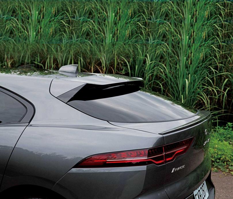 車尾的上尾翼除了增添跑格,對於降低風阻也有很大的幫助。(圖/黃耀徵攝)
