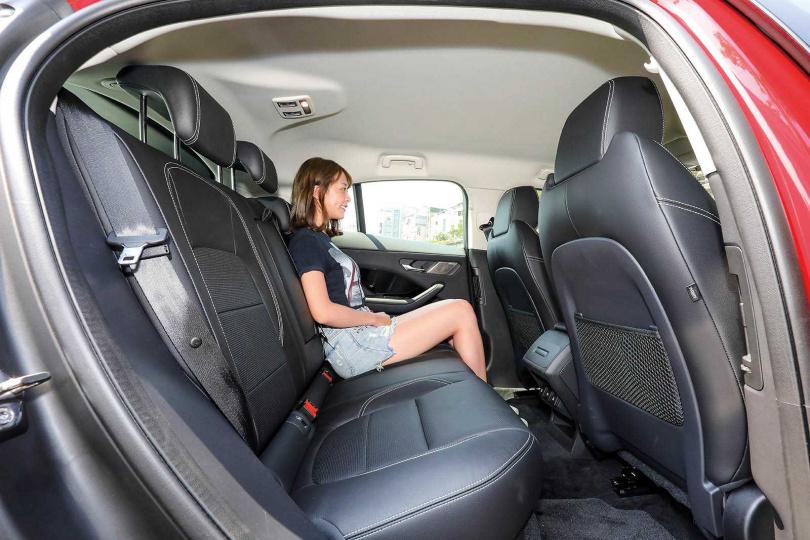 後座空間相當寬敞,膝蓋距離前座至少有2個拳頭的距離。(圖/王永泰攝)