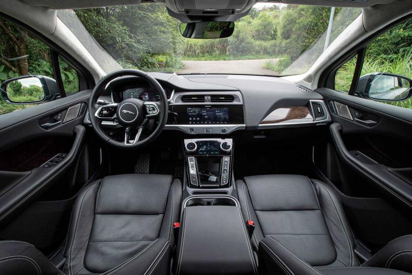 車室內有別於競廠的高科技風格,細節處可見英國工藝的奢華及細緻。(圖/黃耀徵攝)