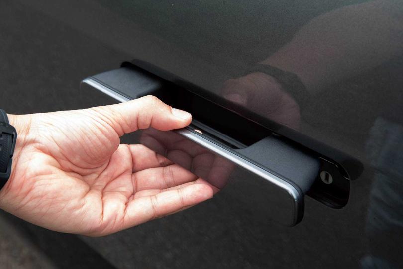 當達到一定車速或者鎖車後,車門手把就會自動隱藏。(圖/黃耀徵攝)