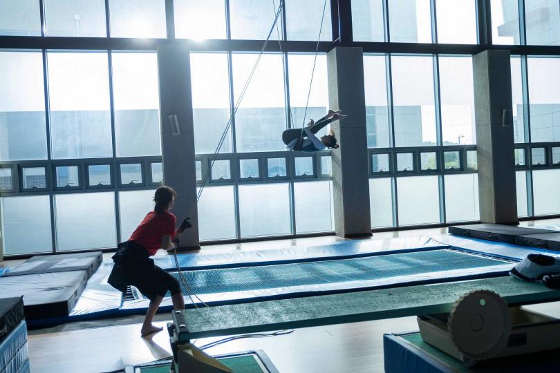 李裕英做空中旋轉訓練時,被鋼絲絆到導致肋骨骨折。(圖/采昌國際多媒體)