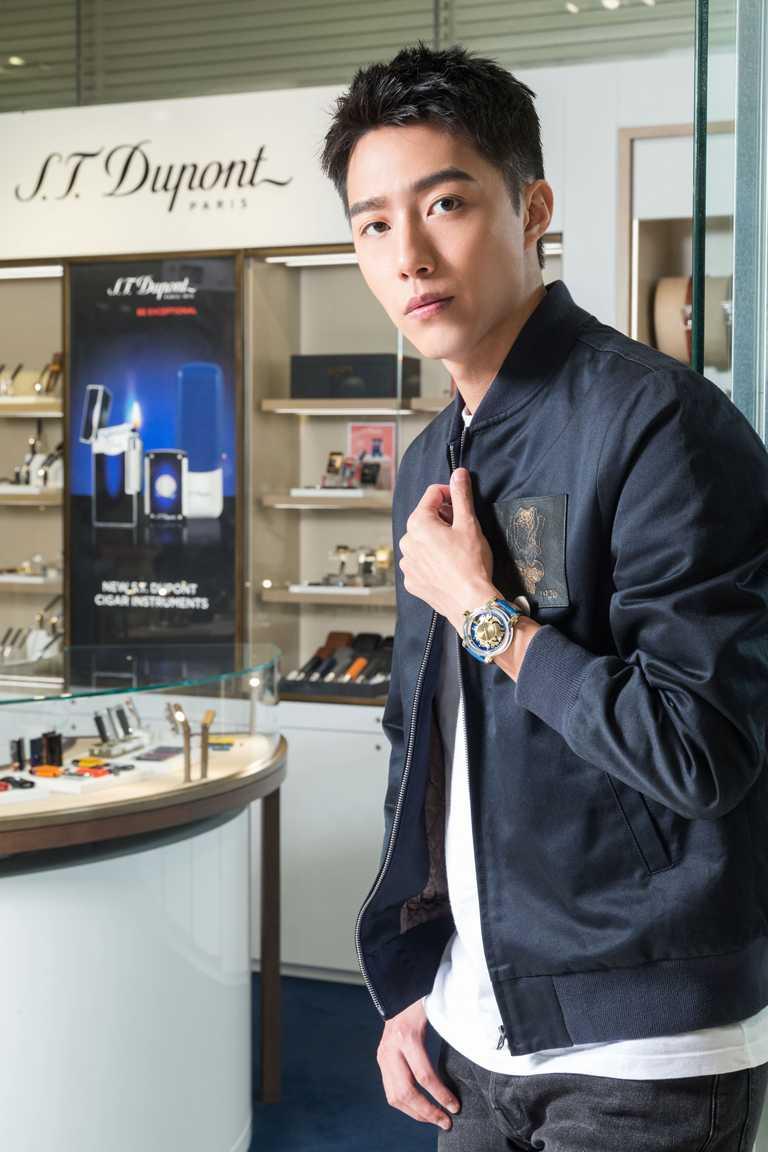 蔡凡熙佩戴S.T. Dupont「HYPERDOME」系列腕錶「Be Chic新潮」錶款,流露優雅態度。(圖╱S.T. Dupont提供)