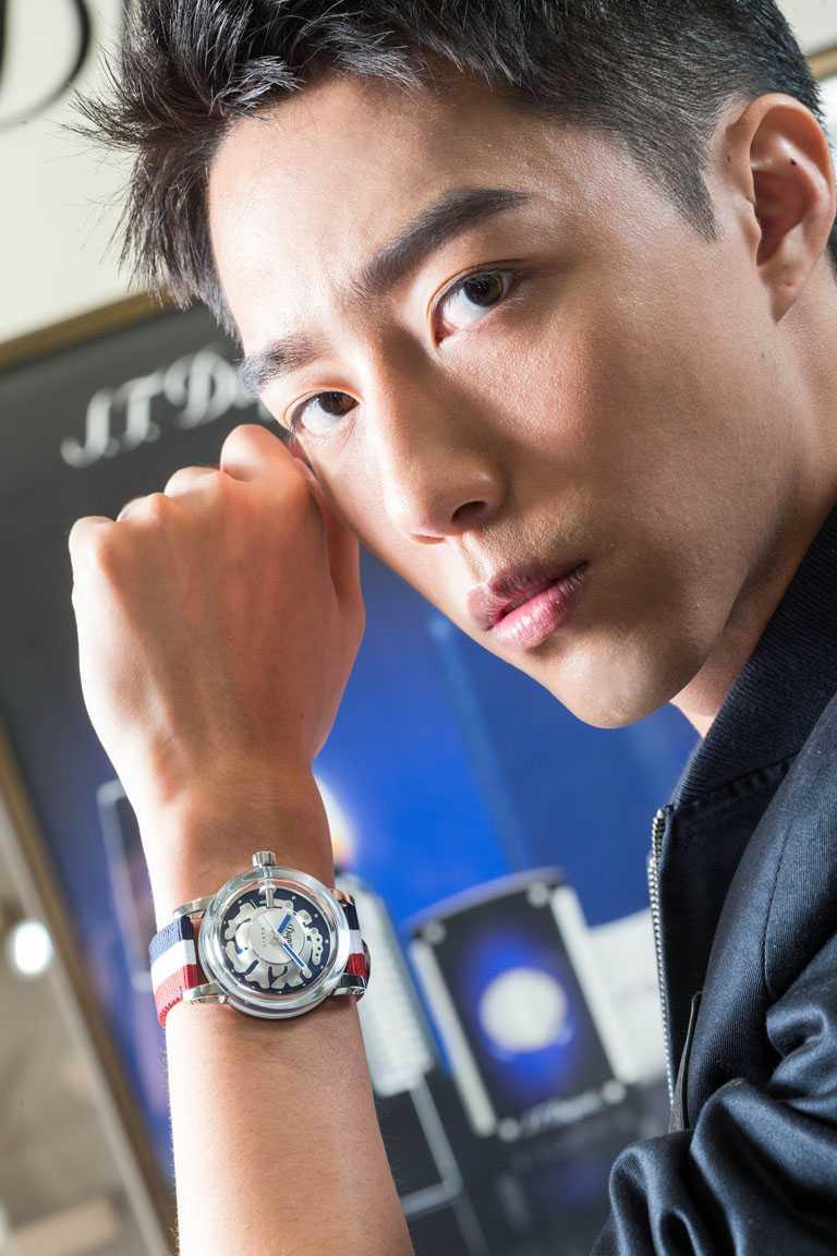 蔡凡熙佩戴S.T. Dupont「HYPERDOME」系列腕錶「Be Exceptional獨特」錶款,展現活潑魅力。(圖╱S.T. Dupont提供)