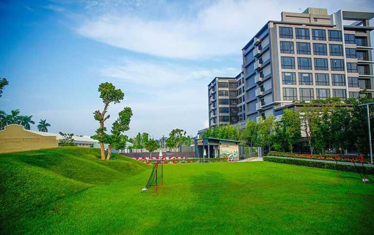 新悦花園酒店擁有廣大的草皮,可作為滑草場及親子足球場。