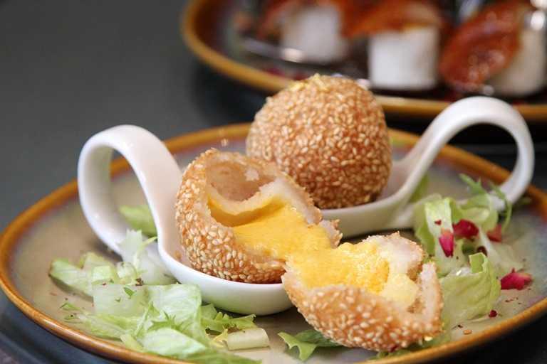 讓人垂涎三尺的「金箔流沙芝麻球」,內包奶皇餡甜而不膩。