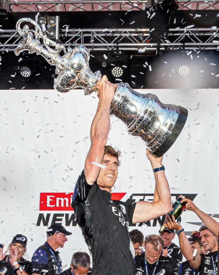 繼1995、2000與2017年之後,阿聯酋航空紐西蘭船隊第四度舉起「Auld Mug」獎盃,勇奪2021年的美洲盃帆船賽冠軍。(圖╱OMEGA提供)
