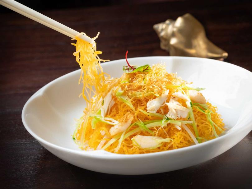 「桂花金絲米粉」是張主廚的拿手菜,乾鬆爽口且鮮味十足。(圖/台北文華東方酒店提供)