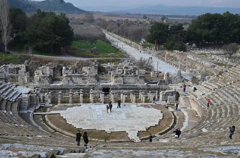 土耳其以弗所還保存當時娛樂的場所,足以容納兩萬五千人的歌劇院。