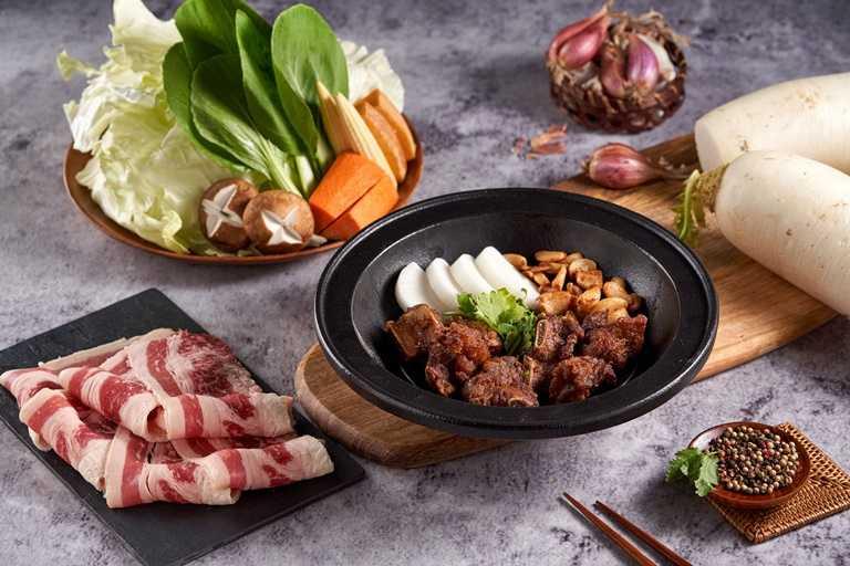 「狂一鍋」最具人氣的鍋物-功夫排骨酥鍋。