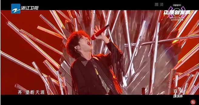 華晨宇表演得獎歌曲《齊天》,現場爆發力讓觀眾跟著嗨翻全場。(圖/翻攝自浙江衛視youtube)