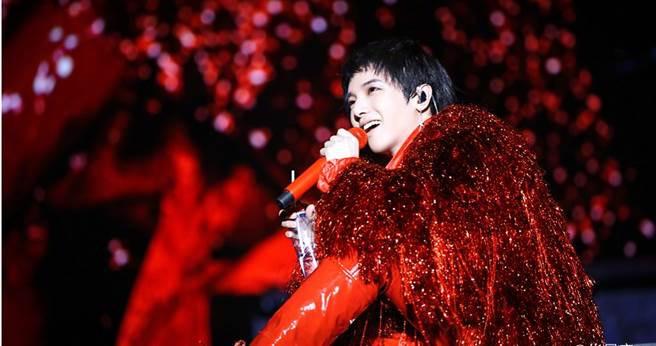 華晨宇曾和小天后鄧紫棋傳過誹聞,實力派創作歌手的他已成為家喻戶曉的樂壇小天王。(翻攝自華晨宇微博)