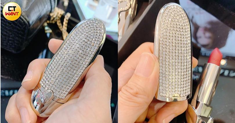 嬌蘭紅寶之吻高訂唇膏彩殼-王妃星鑽限量版/1,350元 去年買不到的人,今年手腳請加快好嗎XD。(圖/吳雅鈴攝)