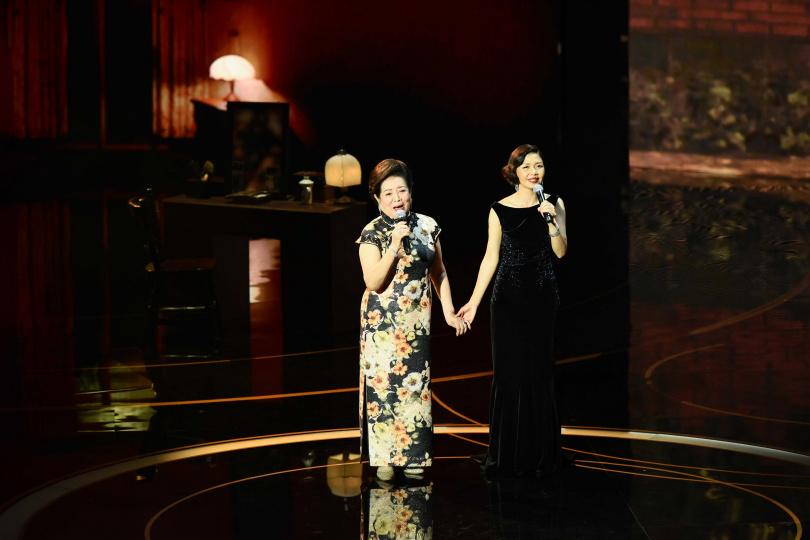 陳淑芳(左)、于子育兩位「林秀英」一起演唱電影《孤味》同名主題曲。(圖/金馬執委會提供)
