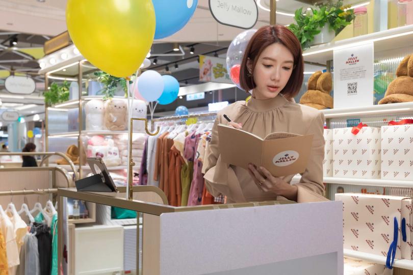 為品牌挑選服飾引進台灣,工作過程讓宋米秦樂在其中。(攝影/林士傑)