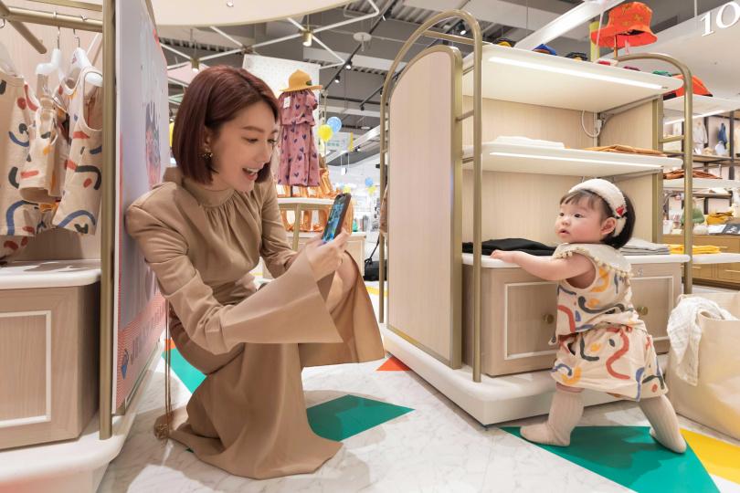 採訪途中友人帶著可愛女兒楚楚探班,萌孩穿著品牌的服飾秒變最佳小模特兒。(攝影/林士傑)