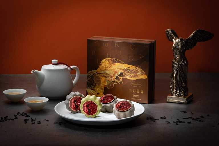 「勝利降臨」嚴選普洱、包種、東方美人及鐵觀音茶香風味脆皮,入口回甘的成熟滋味,與勝利女神的翅膀共同為美好中秋帶來幸運色彩。