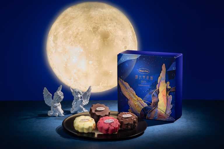 「邱比特祝福」禮盒將愛神邱比特的翅膀與星空月光相互交織,佐以水果風味脆皮,展現中秋的濃情甜蜜。