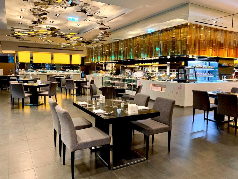 除增設餐檯防飛沫透明罩,也設置餐桌隔板及1.5米桌距。
