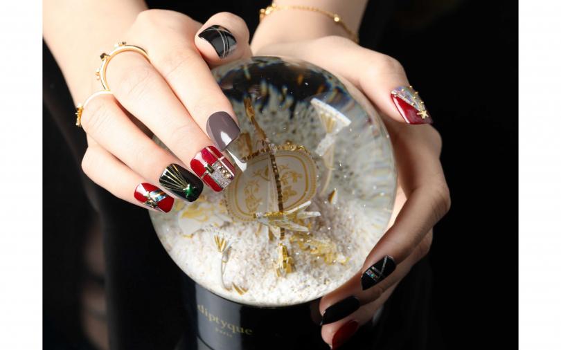 Folli Follie WISHING ON系列星星戒指/2,490元、Folli Follie WISHING ON系列光芒戒指/2,090元、Folli Follie WISHING ON系列手鍊/2,090元、diptyque 2019聖誕限量裝飾雪球/3,500元(圖/戴世平攝)