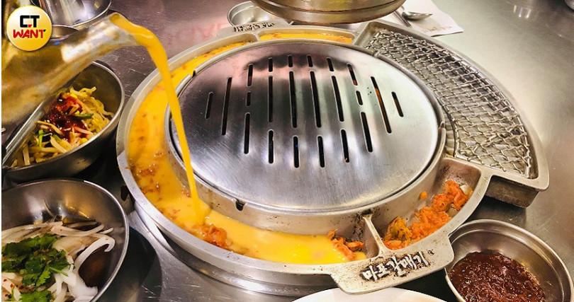 新麻蒲海鷗烤盤經過特殊設計,可以在烤肉的同時一邊烤蛋。(圖/余玫鈴攝)