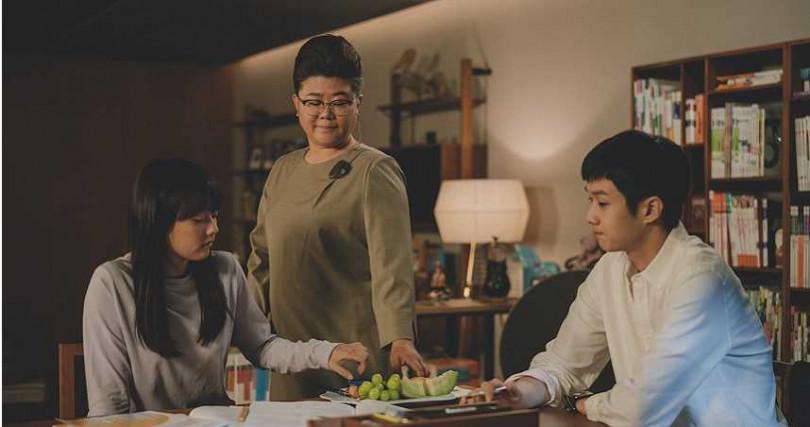 鄭知蘇(左一)在《寄生上流》飾演女高中生「多惠」。(圖/CATCHPLAY提供)