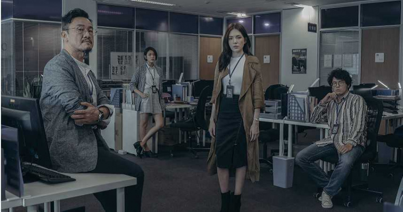 陳為民(左起)林意箴、許瑋甯在新戲演出報社同事。(圖/Netflix提供)