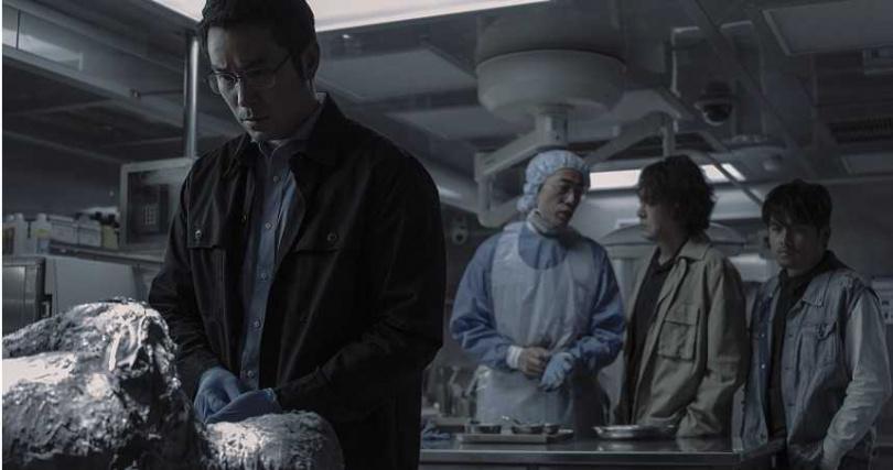 張孝全透露劇中的解剖室是真實場景。(圖/Netflix提供)