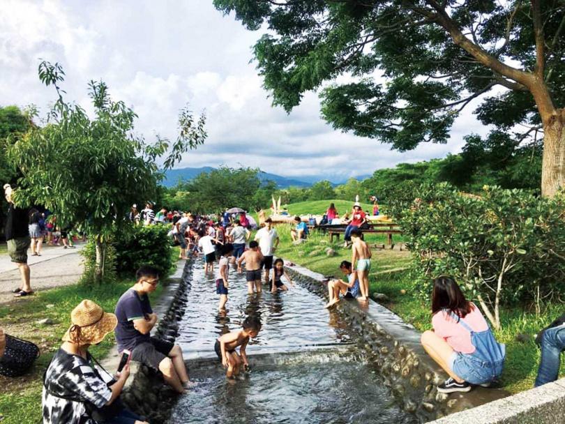 「二峰圳體驗區」是民眾戲水消暑的好去處。(圖/林務局提供)