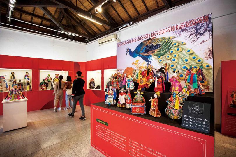近期「屏東戲曲故事館」正在展出「新復興掌中劇團」第四代陳俊明所收藏的各式戲偶。(圖/宋岱融攝)
