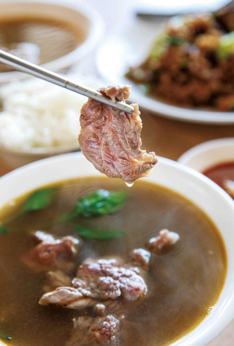 「花肉湯」以厚切花肉搭配九層塔,是潮州獨有的牛肉湯吃法。(100元/碗)(圖/宋岱融攝)